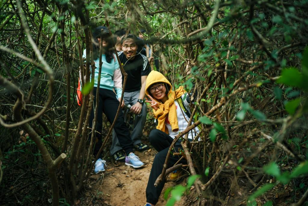 即便冒着失足滑落的危险,也要拍一张笑意满溢的照片。
