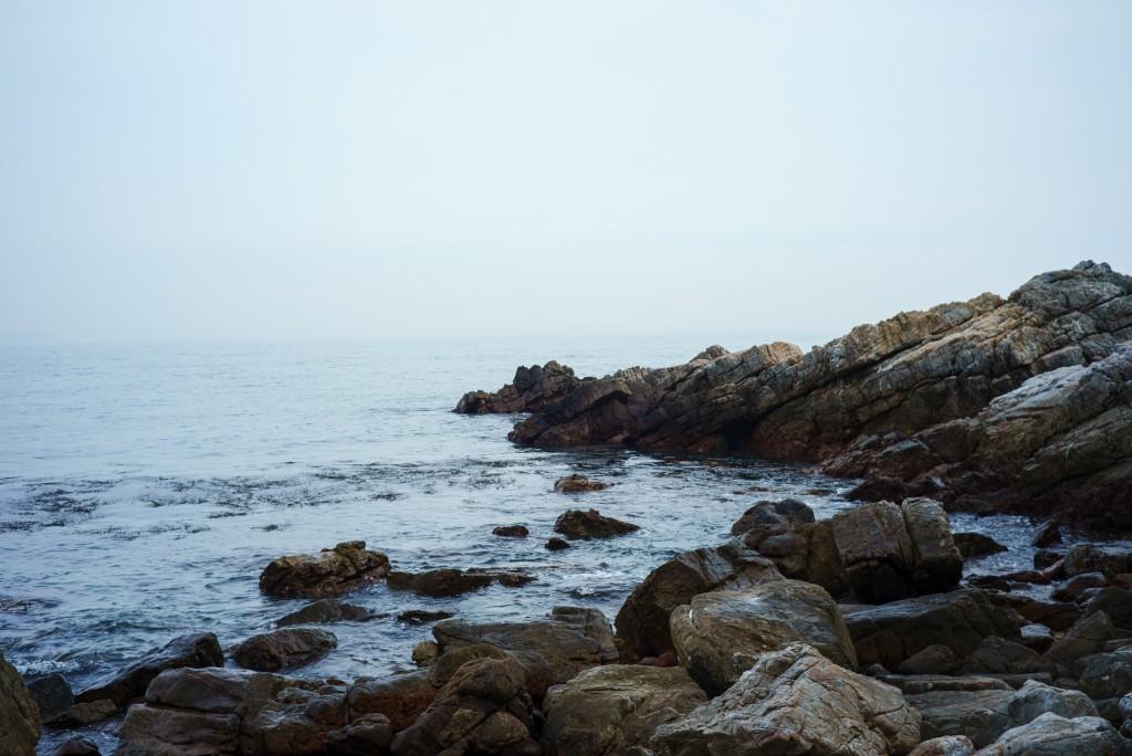 终于攀岩而下,来到了大海的身边,我们一致认为这里是拍电影的好地方。