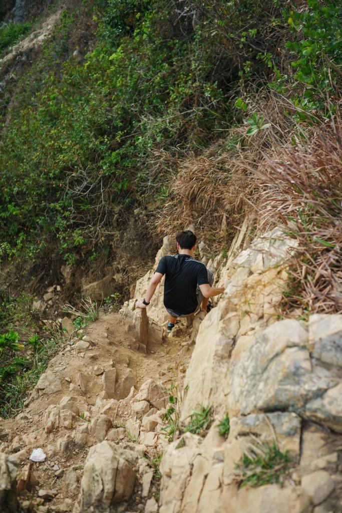 白教练矫若灵猿,即使这岩壁的角度已经接近九十度。